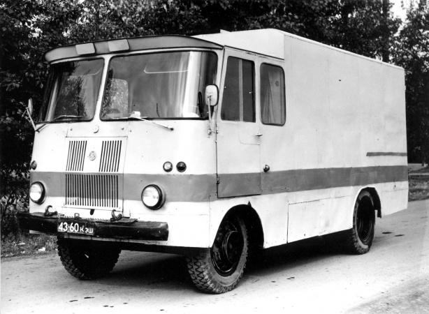 TA-943H toiduaineteveo furgoonauto, auto kannab Krasnojarski krai numbrimärki.