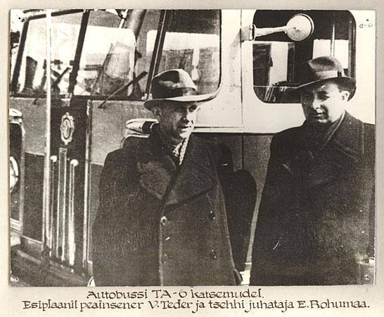 Autobussi TA-6 katsemudel. Esiplaanil peainsener V. Teder ja tsehhi juhataja E. Rohumaa