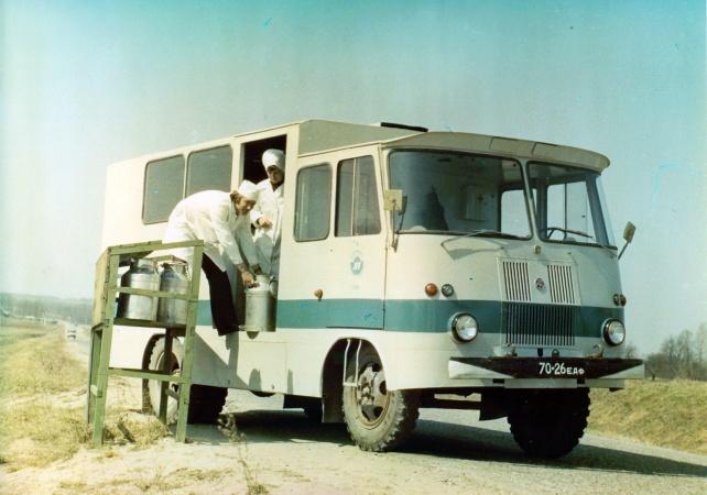 Tartu Autovedude piimaveofurgoon TA-943H3 Tartu Piimakombinaadile piima kogumas.