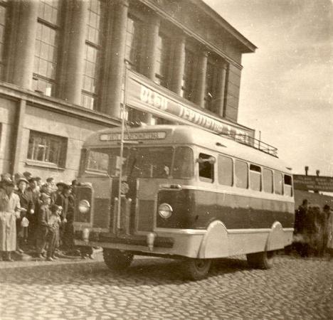 TA-6 esimene katsemudel 1955. a. mais Tartu turuhoone ees maiparaadil.