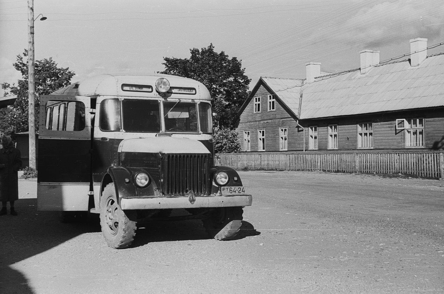 Tartu Kammivabriku töötajad Viljandis puhkust veetmas; autobuss Viljandi tänaval.