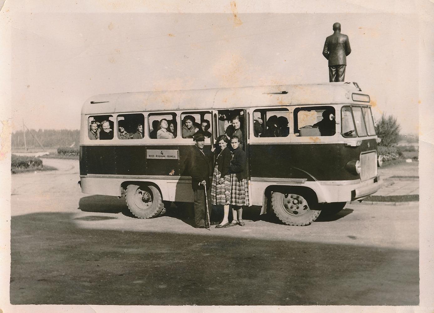 Võru autobaasi buss TA-6 liinil nr 4 Kose - Riigipank - Väimela. Foto 1950ndate lõpust.